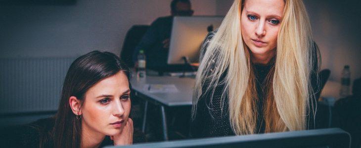 kobiety sprawdzają ofertę ubezpieczenia samochodu w PKO Banku Polskim