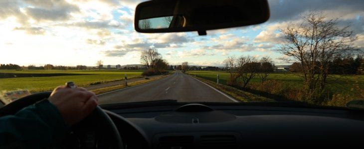 jazda samochodem po drodze